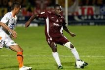 Metz - Laval, 6e journée de Ligue 2  : Adama Tamboura face à l\'attaquant lavallois Julien Viale