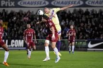 Metz - Istres, 9e journée de Ligue 2  : Mathieu Duhamel se livre à un duel aérien avec l\'ancien messin Laurent Agouazi