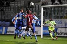 Metz - Le Havre, 11e journée de Ligue 2  : Yéni Ngbakoto et Alhassane Keita à la lutte dans les airs, mais aucun des deux Messins ne parviendra à tromper Johny Placide.