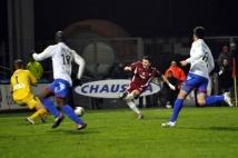 FC Metz - Amiens SC, 15e journée de Ligue 2  : La tentative de Mathieu Duhamel a été détournée par Landry Bonnefoi.
