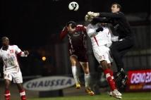 Metz - Sedan, 21e journée de Ligue 2  : Ulrich Ramé, le gardien sedanais, n\'a pas hésité à sortir lorsqu\'il le fallait. Mathieu Duhamel ne peut que rentrer la tête.