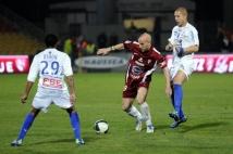 Metz - Troyes  : Le capitaine Ludovic Guerriero, face à deux adversaires.