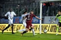 Metz-Angers, 34° journée de Ligue 2  : Andy Delort est devancé in extremis par le défenseur angevin.