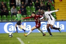 Metz-Angers, 34° journée de Ligue 2  : Mathieu Duhamel est accroché dans la surface mais l\'arbitre ne dit rien.